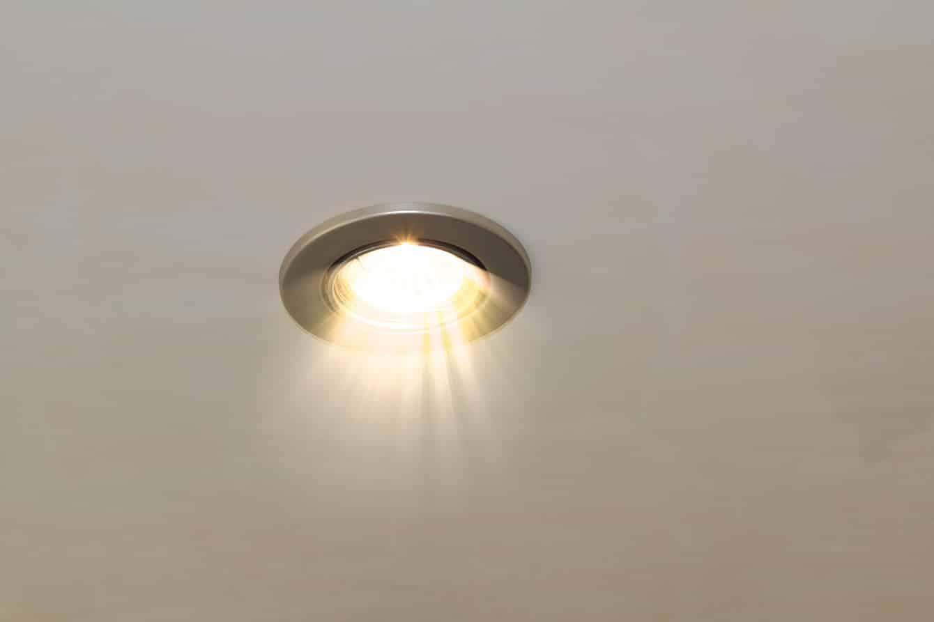 LED Spotlights einbauen - mit dem Deckenlicht Akzente setzen