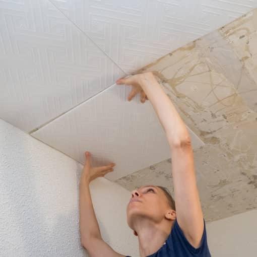 Deckenplatten kleben - mit den richtigen Vorbereitungen kinderleicht